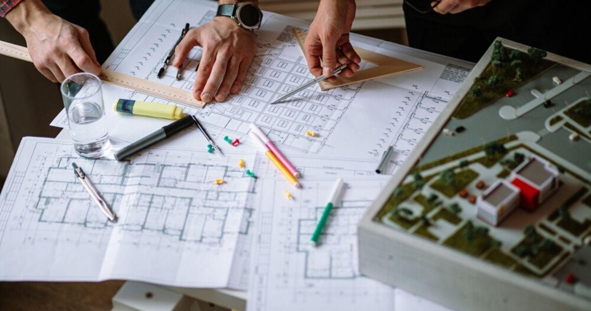 Estudio-de-arquitectos-analizando-proyectos-en-Montevideo