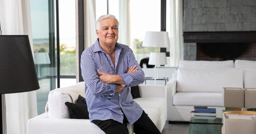 Arquitecto Carlos Ott en living de un apartamento