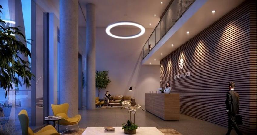 Nostrum-Bay-lobby-interior-con-personas-y-muebles