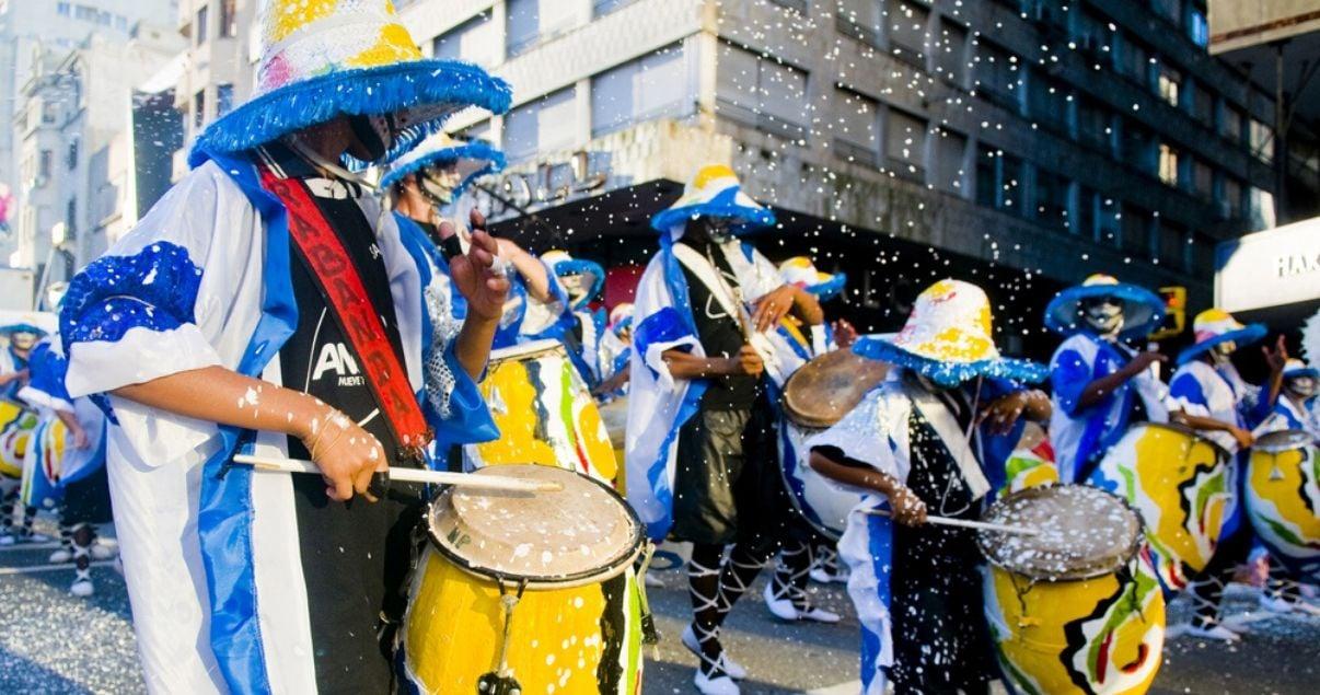 Bateristas de la murga de candombe en carnaval en los barrios de montevideo