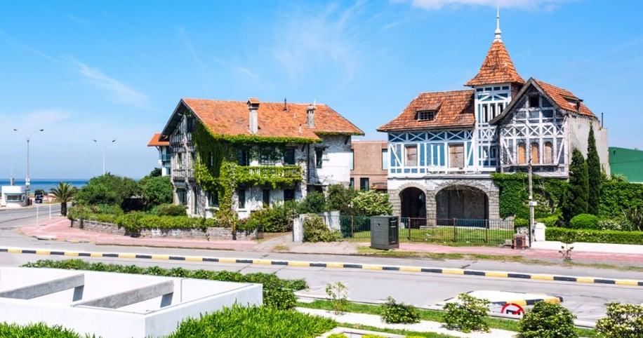 Casas atractivas en la avenida costera de la Rambla de Carrasco uno de los barrios de Montevideo