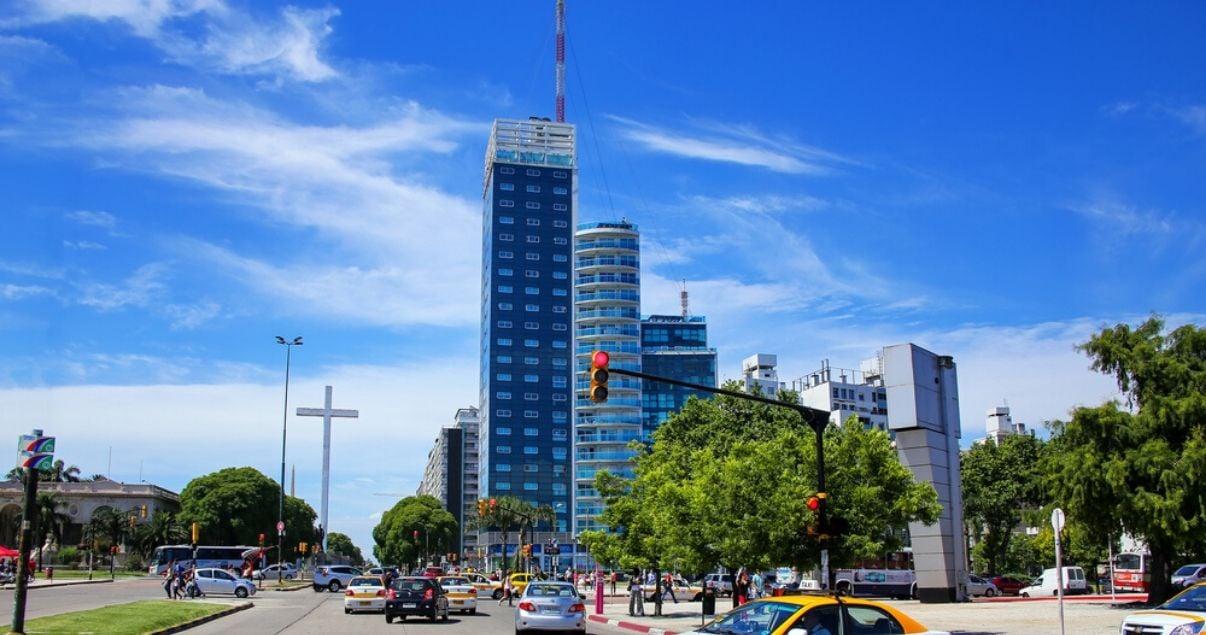 Edificios modernos en el barrio de Montevideo Tres Cruces con gente de negocios