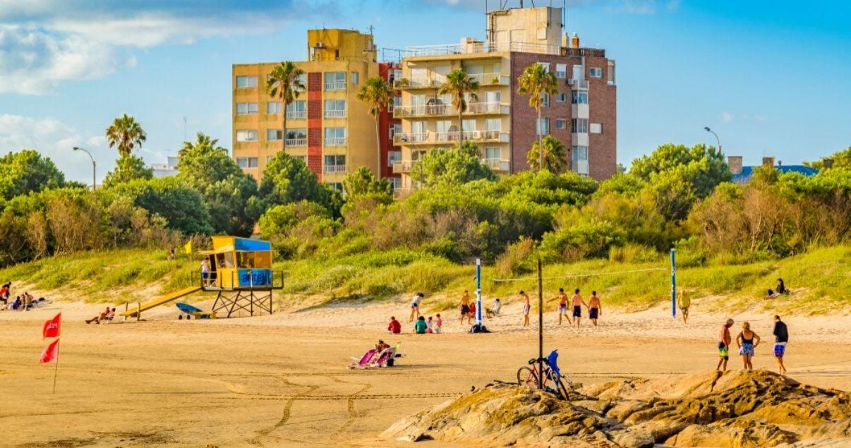 Paisaje escena de verano gente disfrutando en la playa de Malvin uno de los barrios de Montevideo
