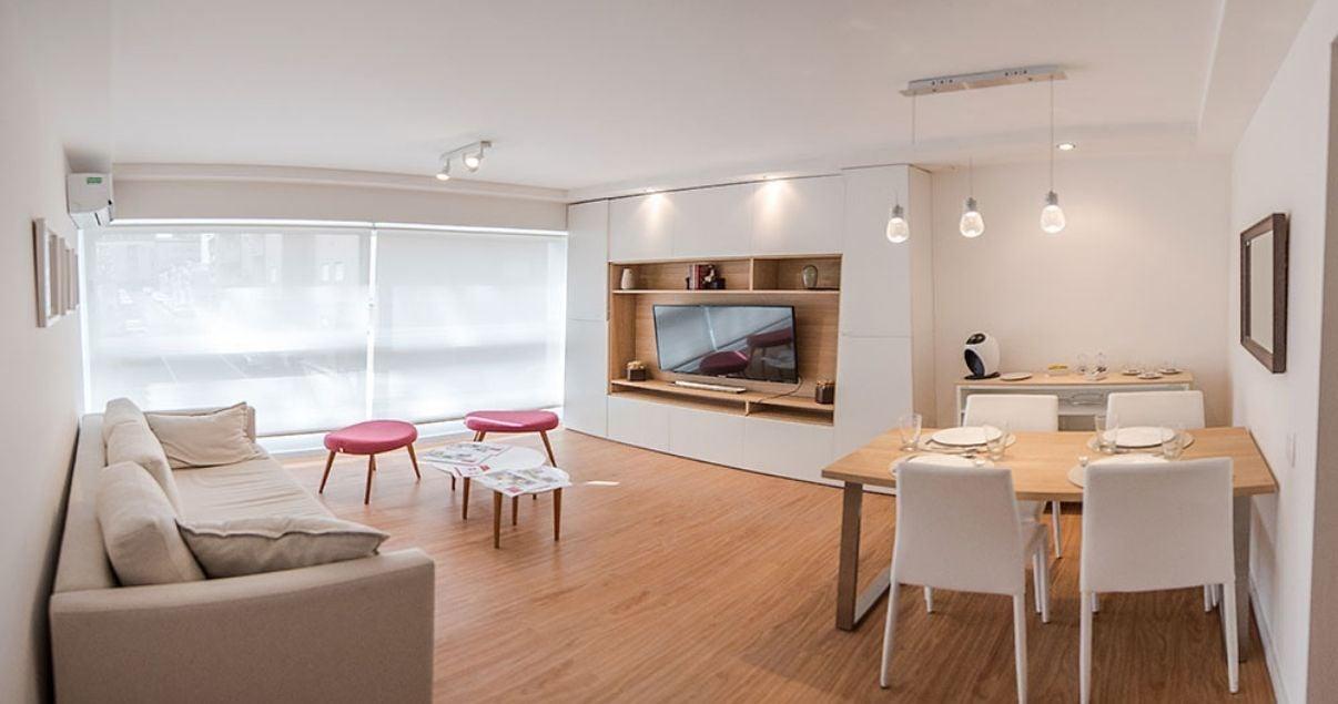 Interior de un apartamento con gran ventanal en el edificio Citadino Rodó del estudio de arquitectos Christoff + De Sierra