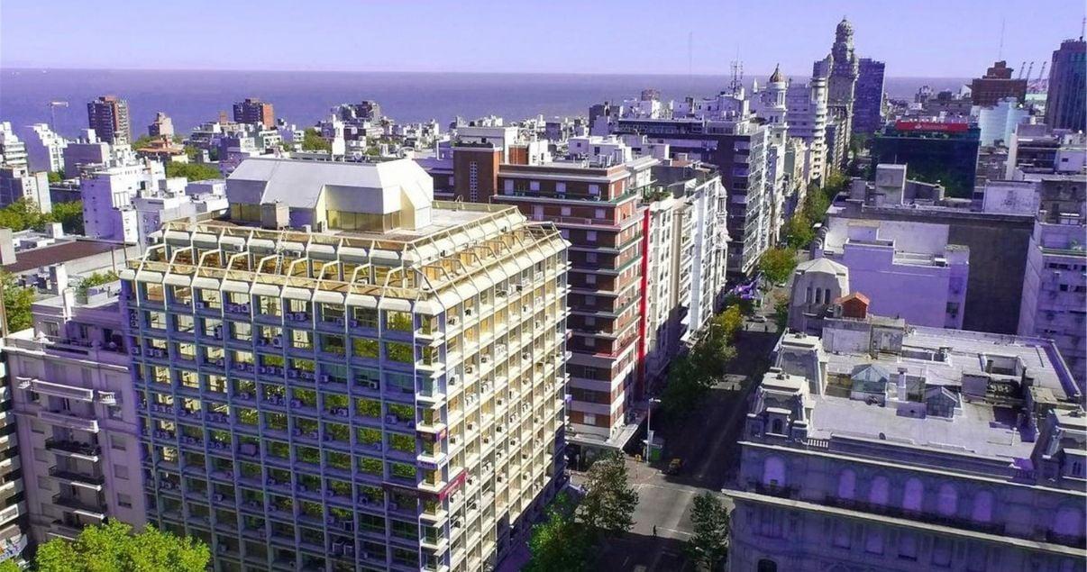 Edificios modernos en Montevideo en un dia soleado de un importante estudio de arquitectos