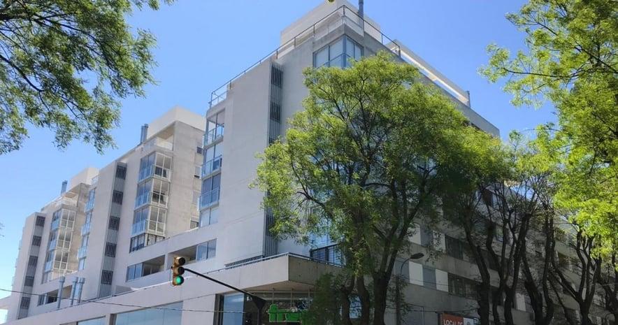 Fachada edificio con árboles en el frente del estudio de arquitectos Christoff + De Sierra